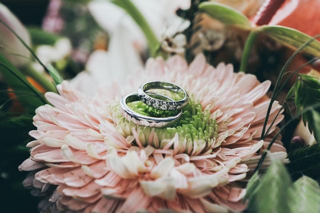 Links oder rechts – an welche Hand kommt der Ring?