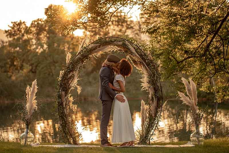 Outdoor-Hochzeit bei Sonnenuntergang am Alten Rhein