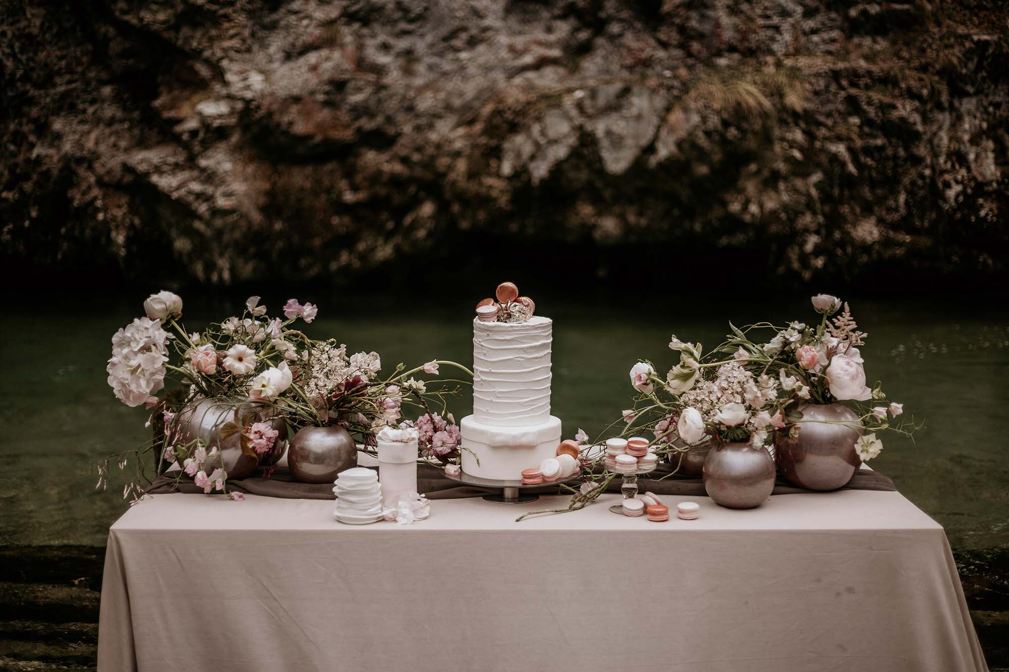 Zarte Hochzeitsinspiration in strömendem Regen