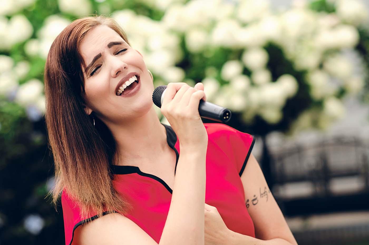 MaeBee   Rednerin & Sängerin für eure Trauung