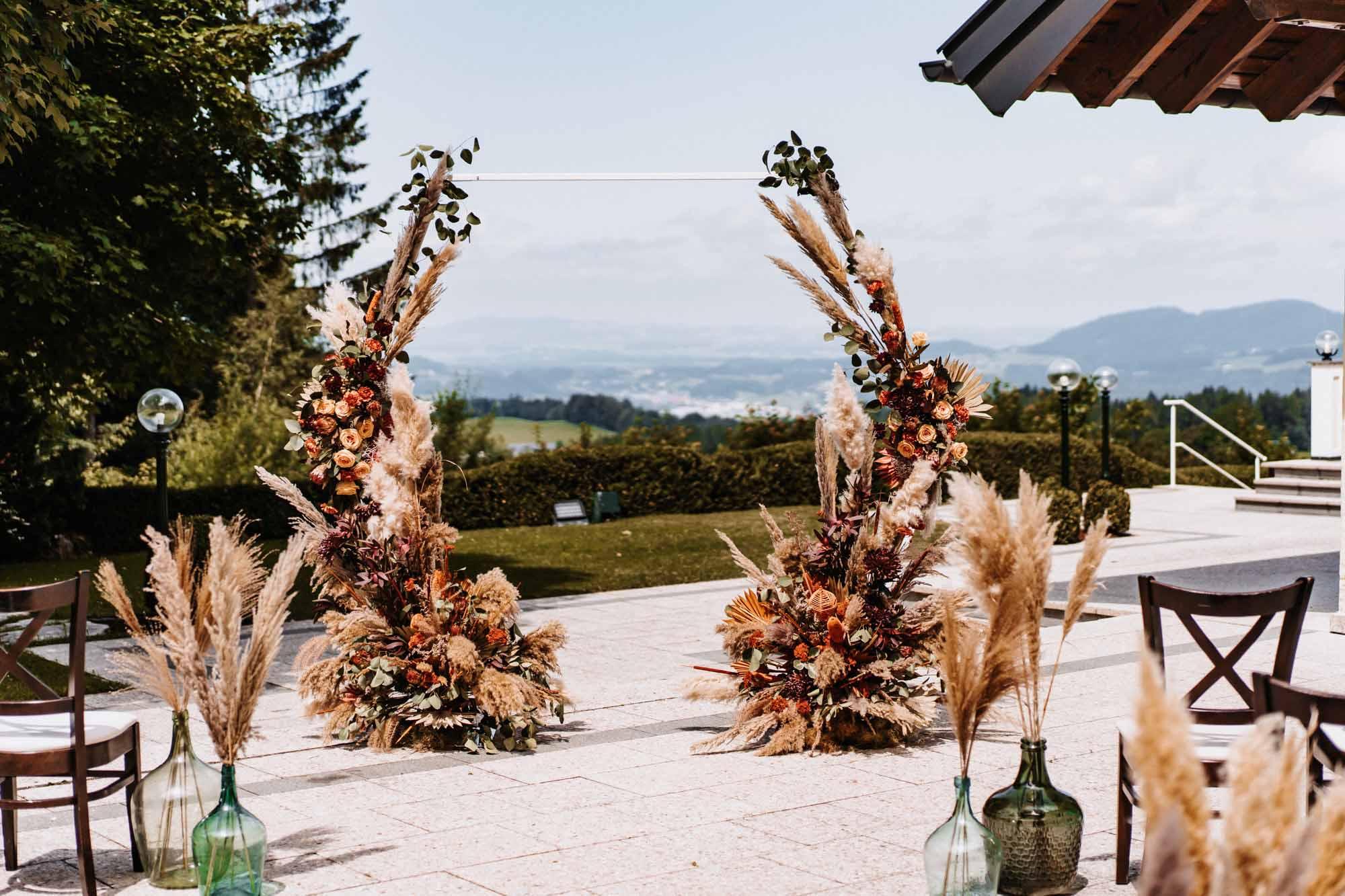 Unbeschwerter Übermut: Boho-Hochzeit am Ansitz Wartenfels