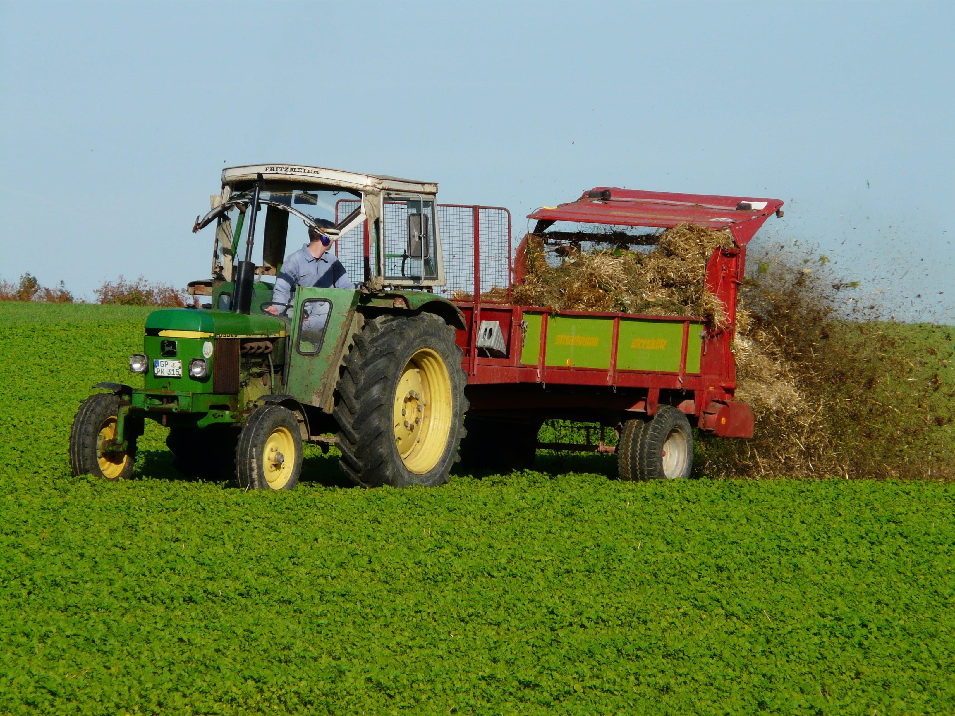 Gübrelerin farklı yöntem ve uygulamalarla direkt olarak bitkiye veya toprağa verilmesi işlemine gübreleme denilir.