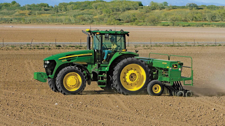 Traktörle tarlaya tohum ekimi.