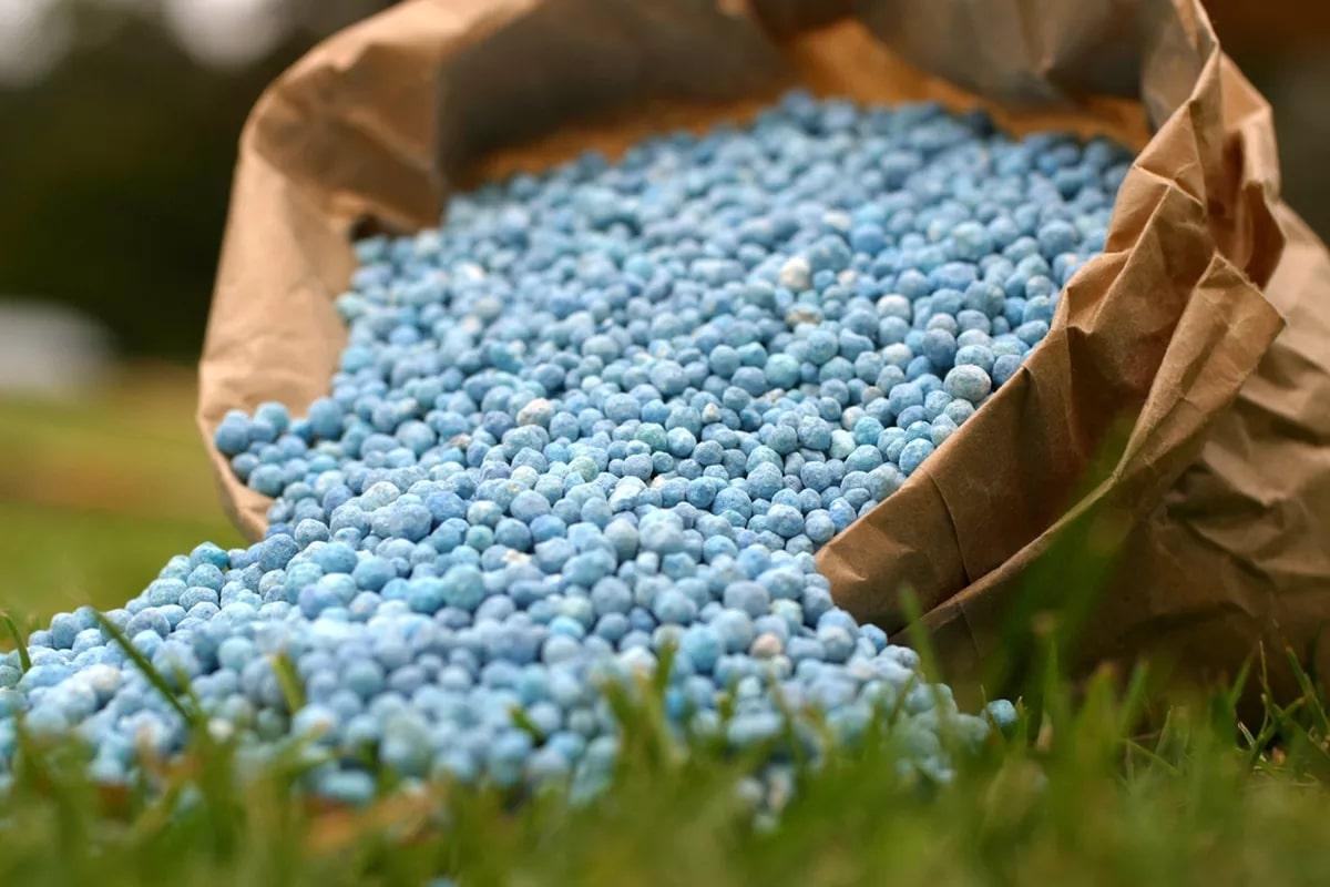 Tüm bitkilerin her döneminde kullanılabilen kimyasal gübreler, bitkilerin ihtiyaç duydukları besinleri içeriklerinde inorganik olarak bulundururlar.