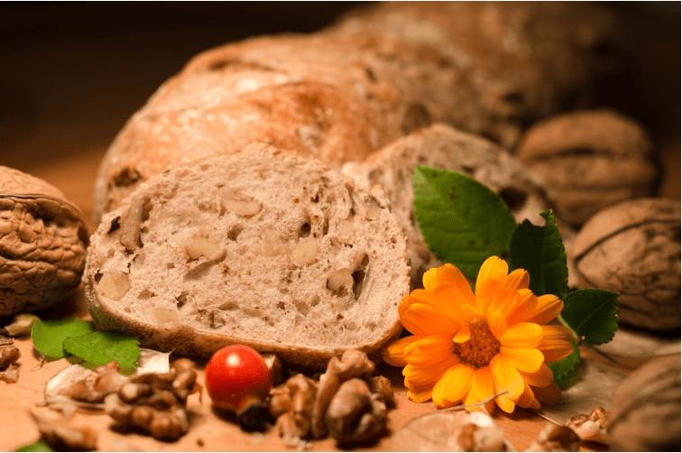 Tam tahıllar, kabuklu yemişler ve sağlıklı yağlar, bu tür doymamış yağlar bağışıklık sistemimizi destekler ve varsa vücuttaki iltihapı azaltmaya yardımcı olur.