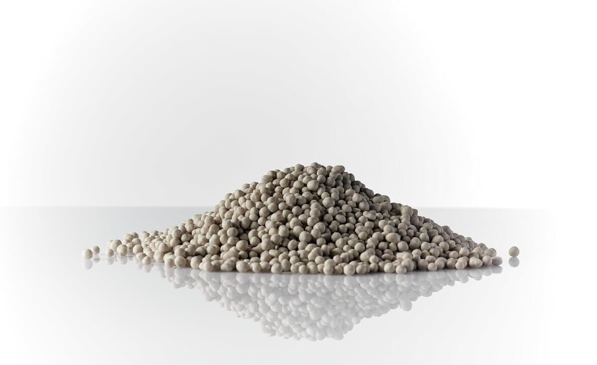 İçeriğinde bulunan azotun yarısının amonyum azotu, diğer yarısınında nitrat azotu formunda olmasından dolayı, kolay çözülür ve bitkiye hızlı nüfus eder.