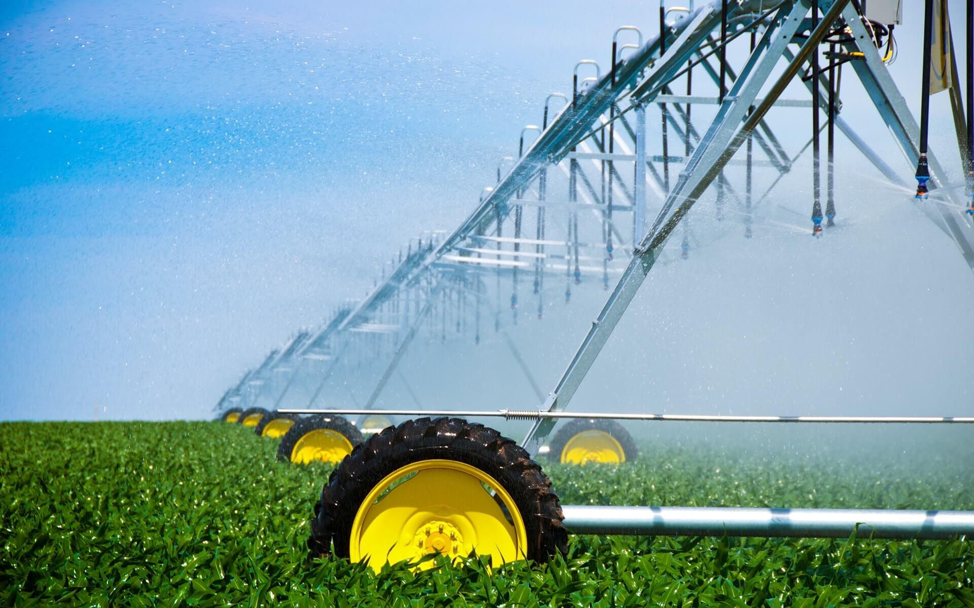 Çok büyük tarım arazilerinin sulanmasını sağlayan pivot sulama sistemlerinin işletme giderleri diğer sulama sistemlerine göre daha azdır.