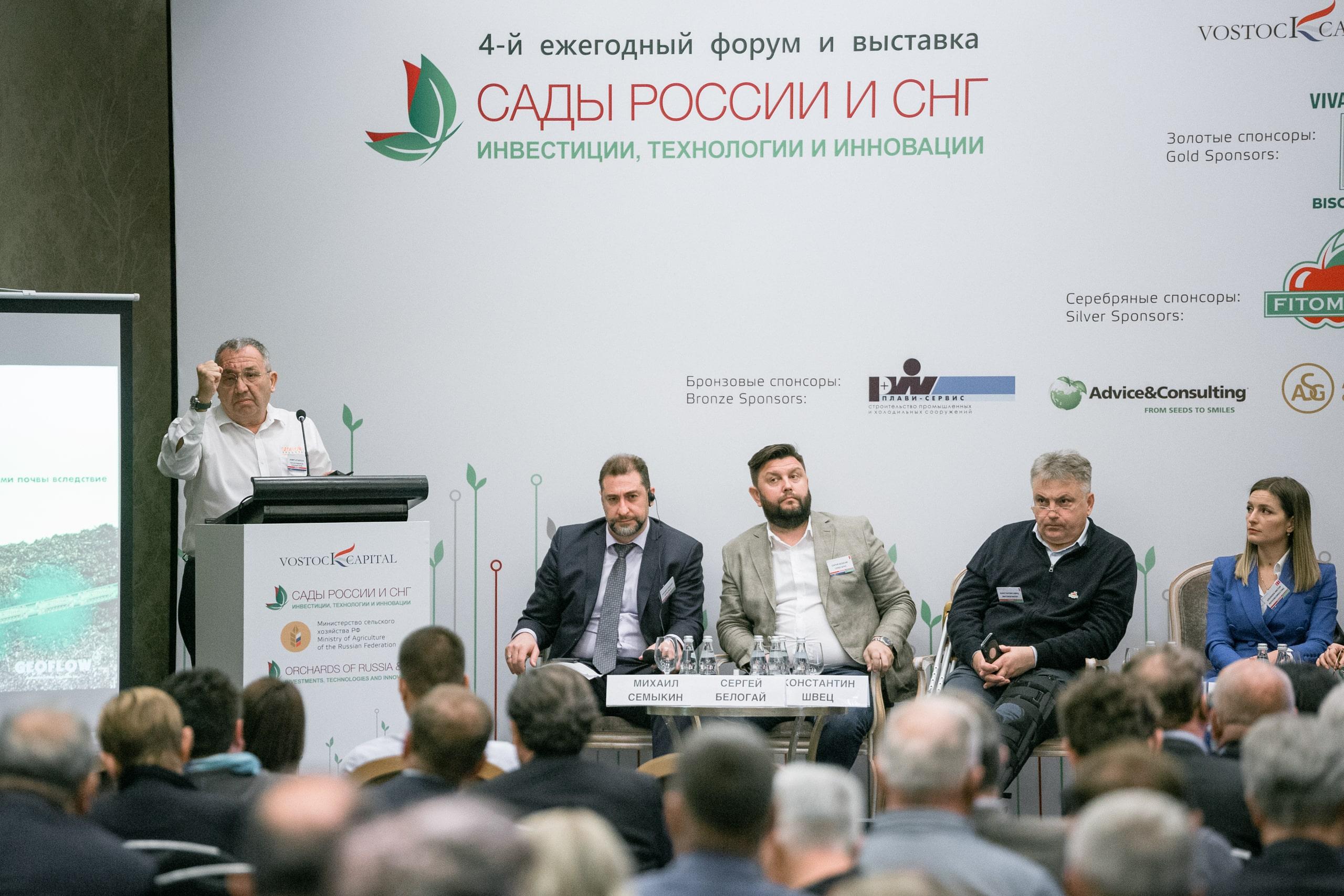 Ahmet Attaroğlu Rusya'da sunum yaparken