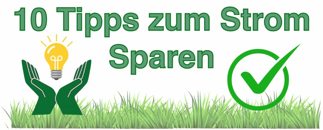 zehn Tipps zum Strom sparen in grüner Schrift mit Glühbirne, Gras und Haken
