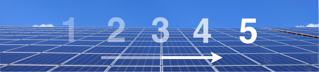 Fünf Zahlen auf einer Solaranlage, die die fünf Schritte der Anschaffung einer PV-Anlage in Hamburg symbolisieren
