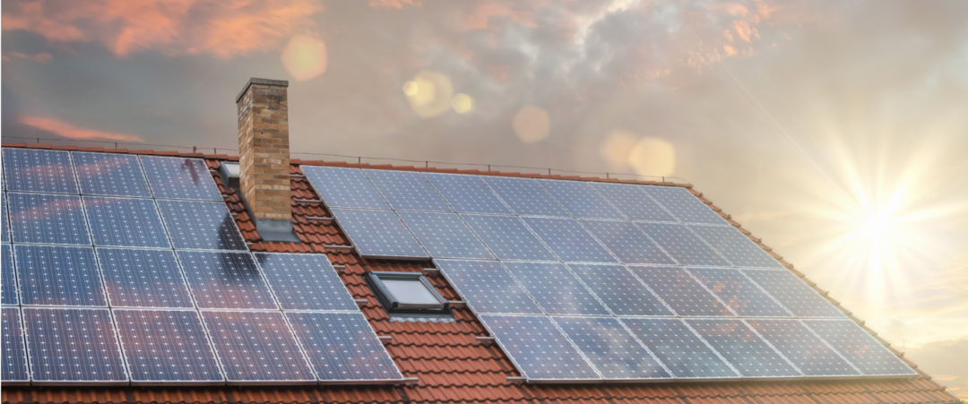 Solaranlage auf einem Dach mit Wolken im Hintergrund