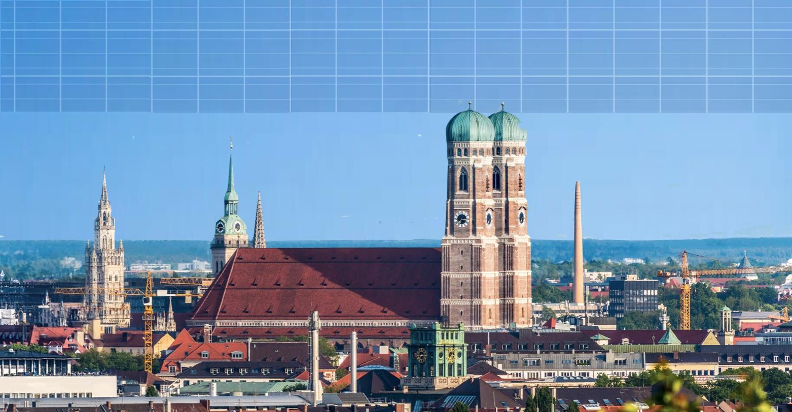 Solaranlage auf blauem Himmer mit der Stadt München