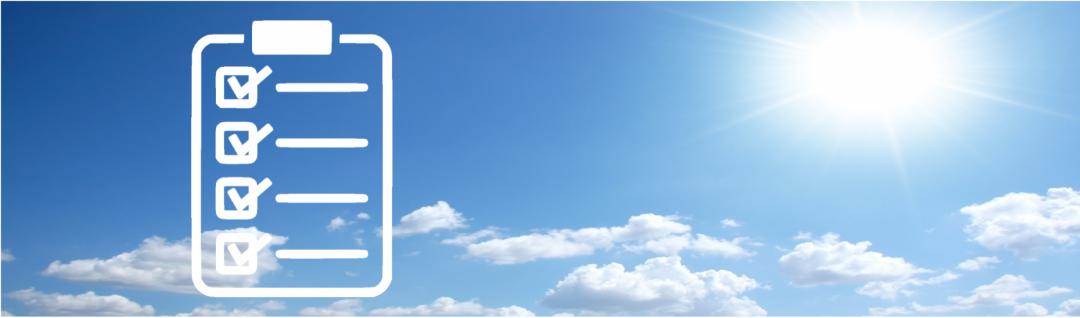 Ein blauer Himmel mit Wolken und Sonne mit einer Checkliste, die die Kriterien und die Bedeutung des Klimas für die Solar-Inselanlage symbolisiert