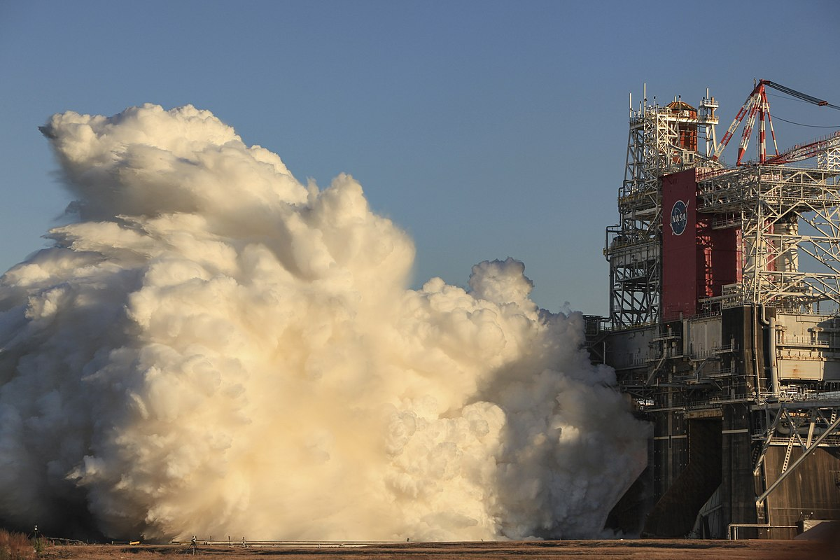 NASA structure housing the RS-25 engines with a huge cloud billowing out of it