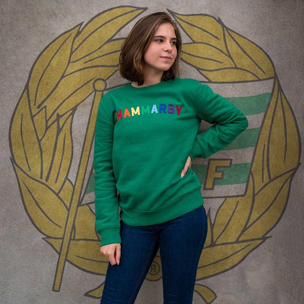 """Sweatshirt med """"HAMMARBY"""" i regnbågstext (Unisex)"""
