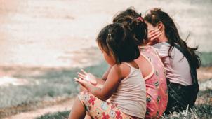Bambini seduti che giocano