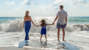 Bambina con i Genitori al mare