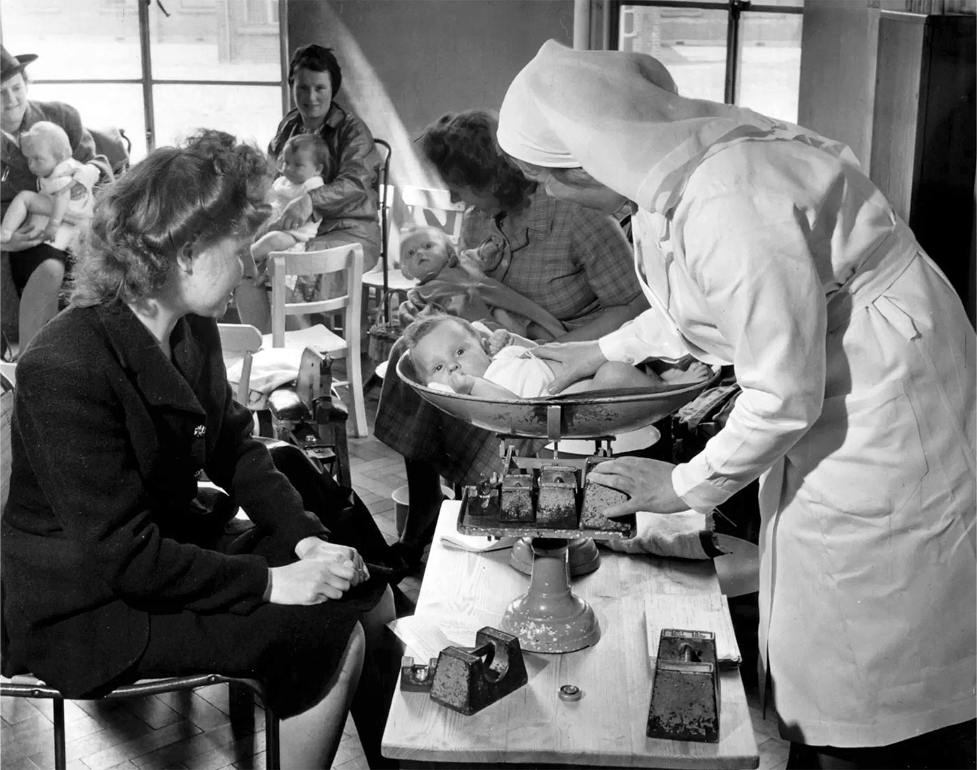 Взвешивание новорожденной девочки, Бристольская клиника, 1948 год