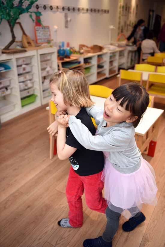 Deux enfants s'amusant et riant à L'Ecole Koenig, Paris, France.