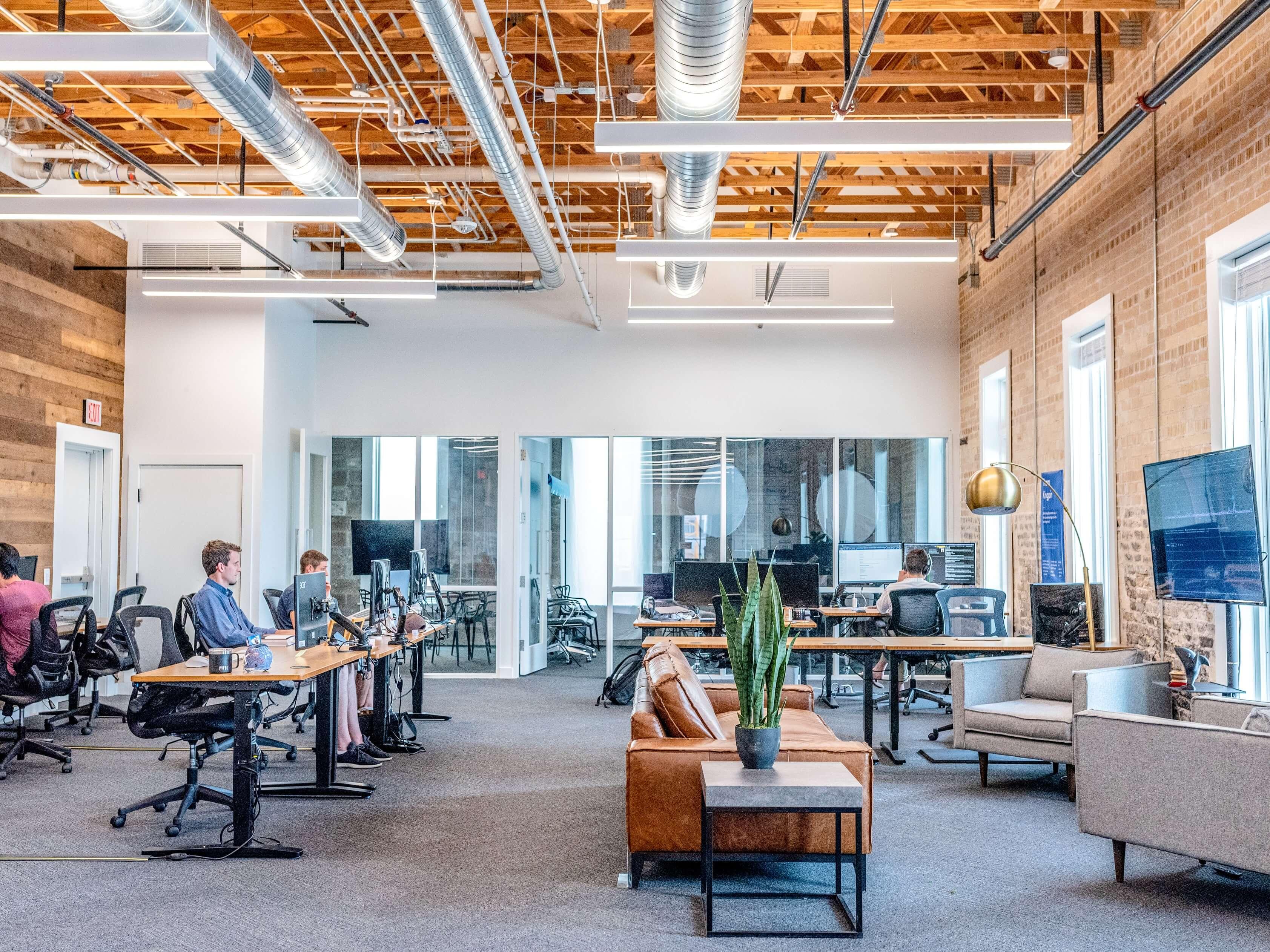 Traer a los empleados de vuelta al trabajo: Soluciones simples para abordar problemas complejos