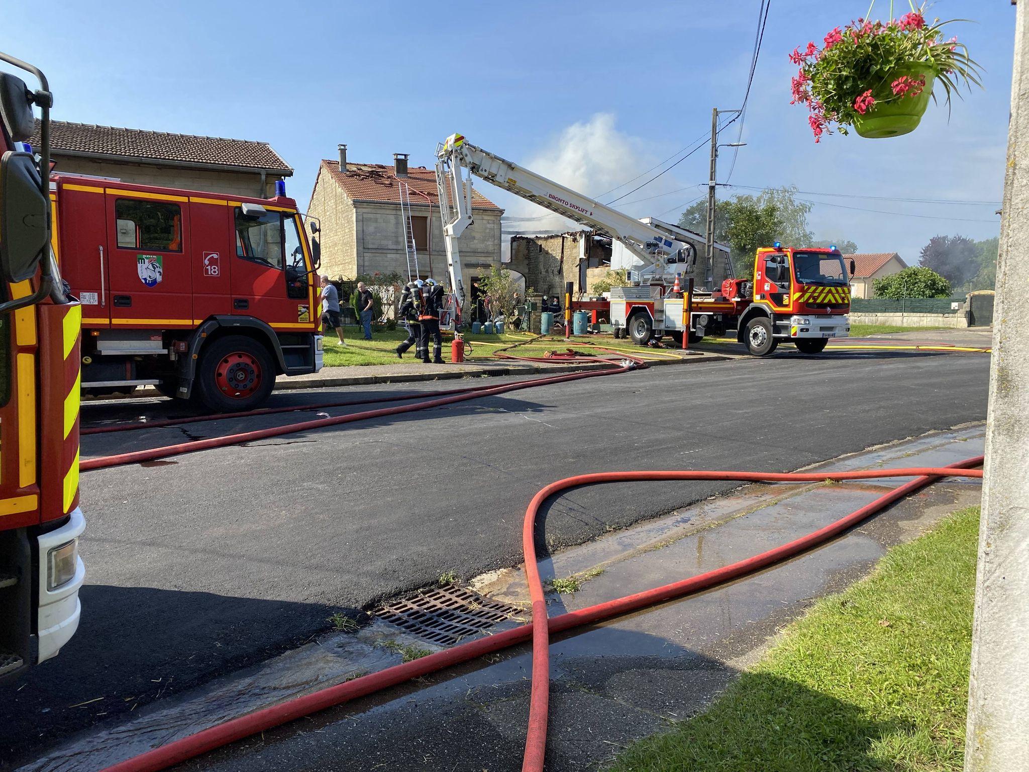 Incendie d'une grange à Aulnois en Perthois dans le Meuse, intervention des pompiers