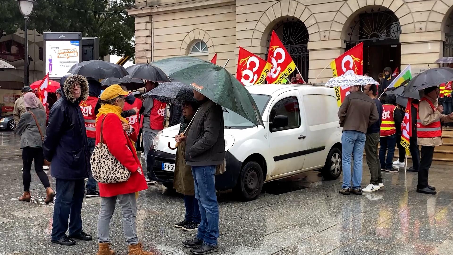 Des personnes rassemblées devant la mairie de Saint-Dizier lors d'une manifestation.