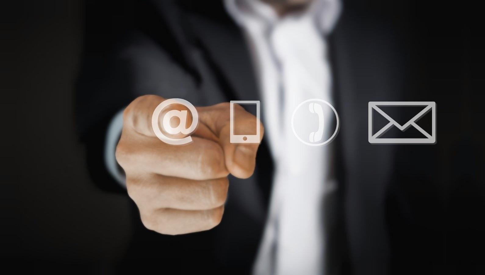 Customer support via email or messenger. CC: Pixabay