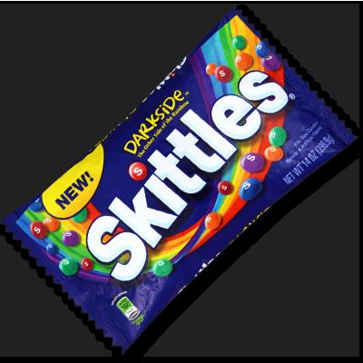 """Rejoignez l'appétissant côté obscur de la force avec ce sachet de Skittles exclusif ! Son contenu ? Les saveurs """"Dark Berry"""", """"Black Cherry"""", Forbidden Fruit"""", """"Midnight Lime"""" et """"Blood Orange"""". Ne contient ni gluten, ni gélatine."""