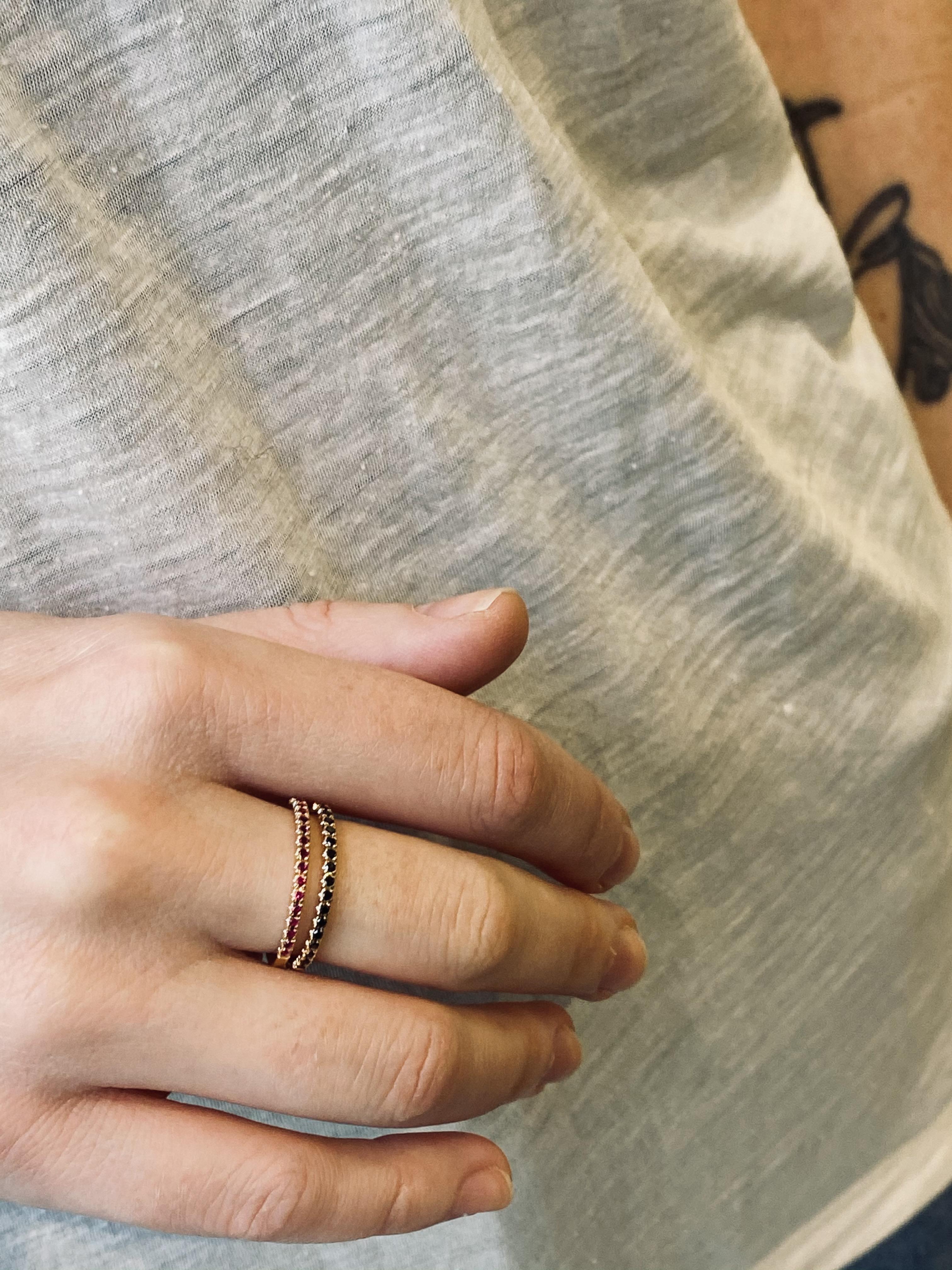 Røde rubiner ring og ring med svarte diamanter