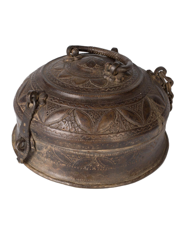 Cofre tallado en bronce