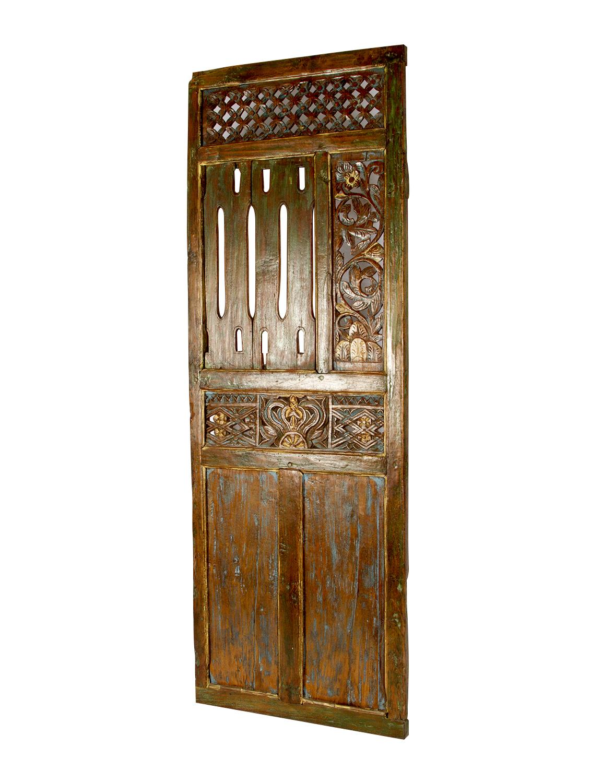 Puerta decorativa tallada en madera