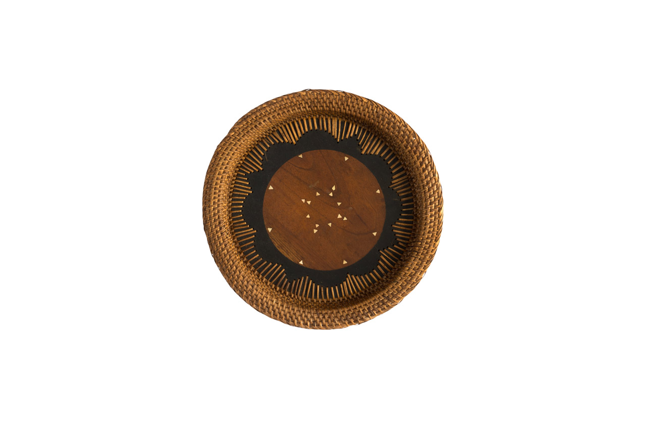 Round plate in rattan flower shape
