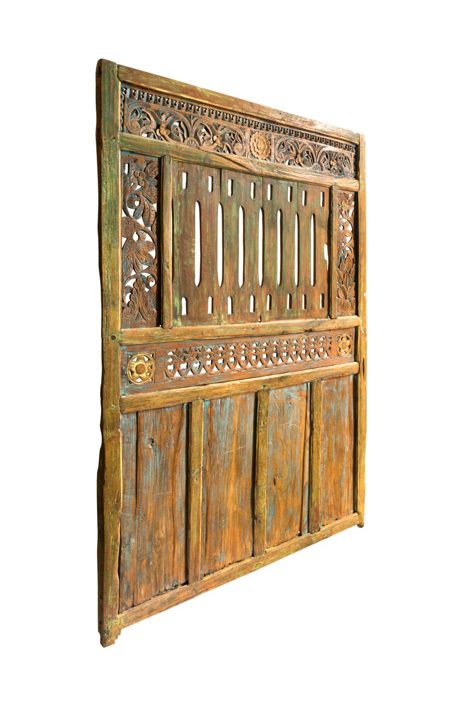Puerta de madera tallada flor