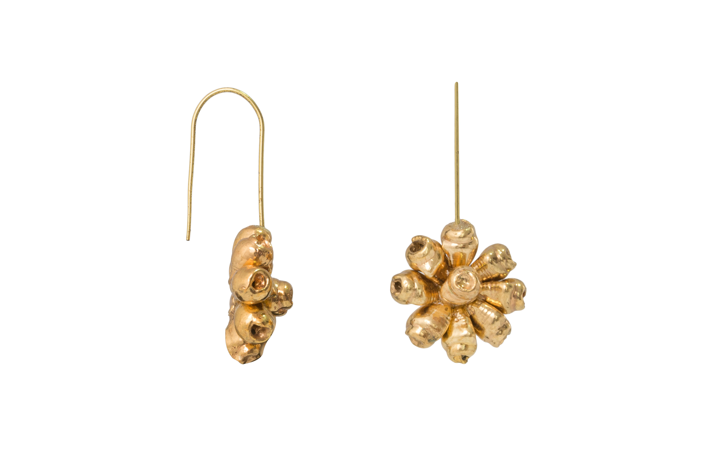 Arete flor de caracolito mini dorado corto