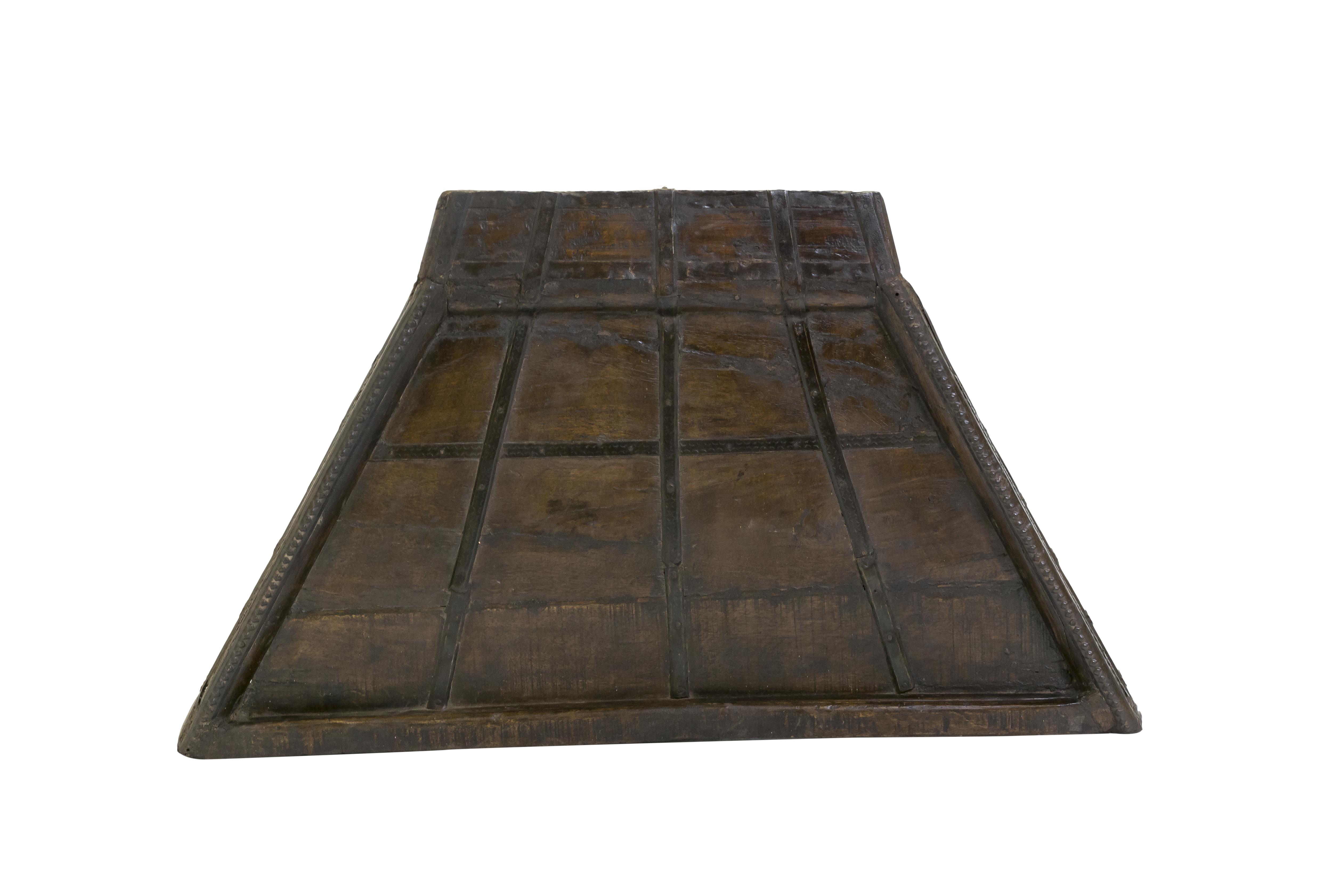 Mesa auxiliar triangular en madera y metal