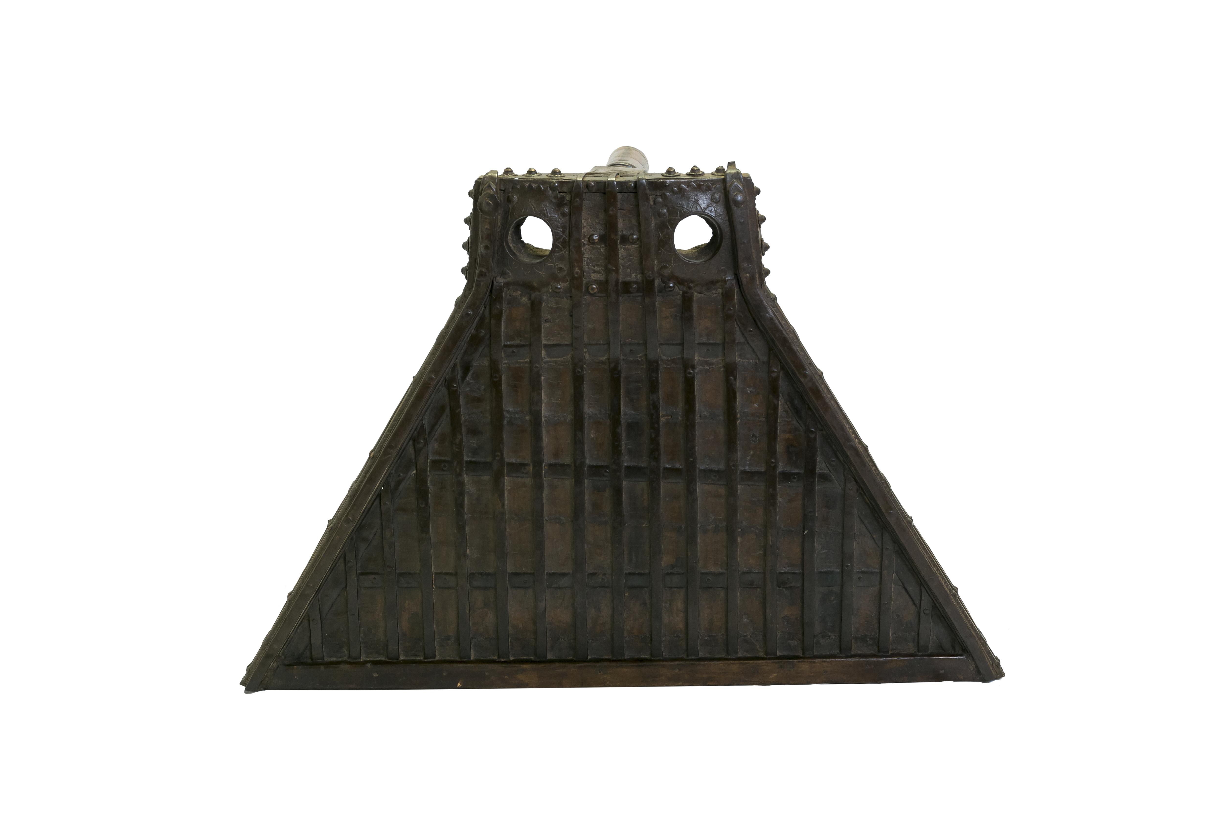 Mesa auxiliar con apliques en madera y metal