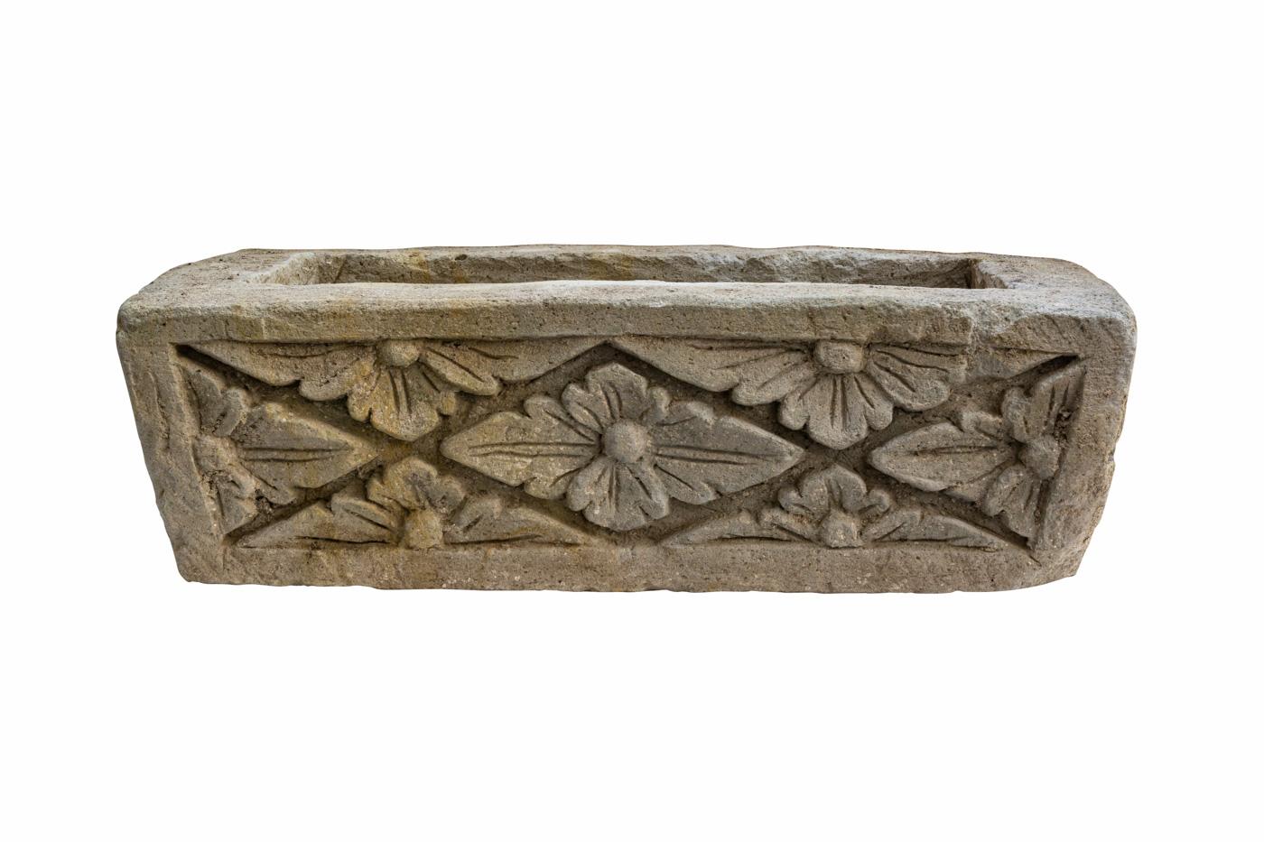 Jardinera tallada en piedra diseño flores de rombo