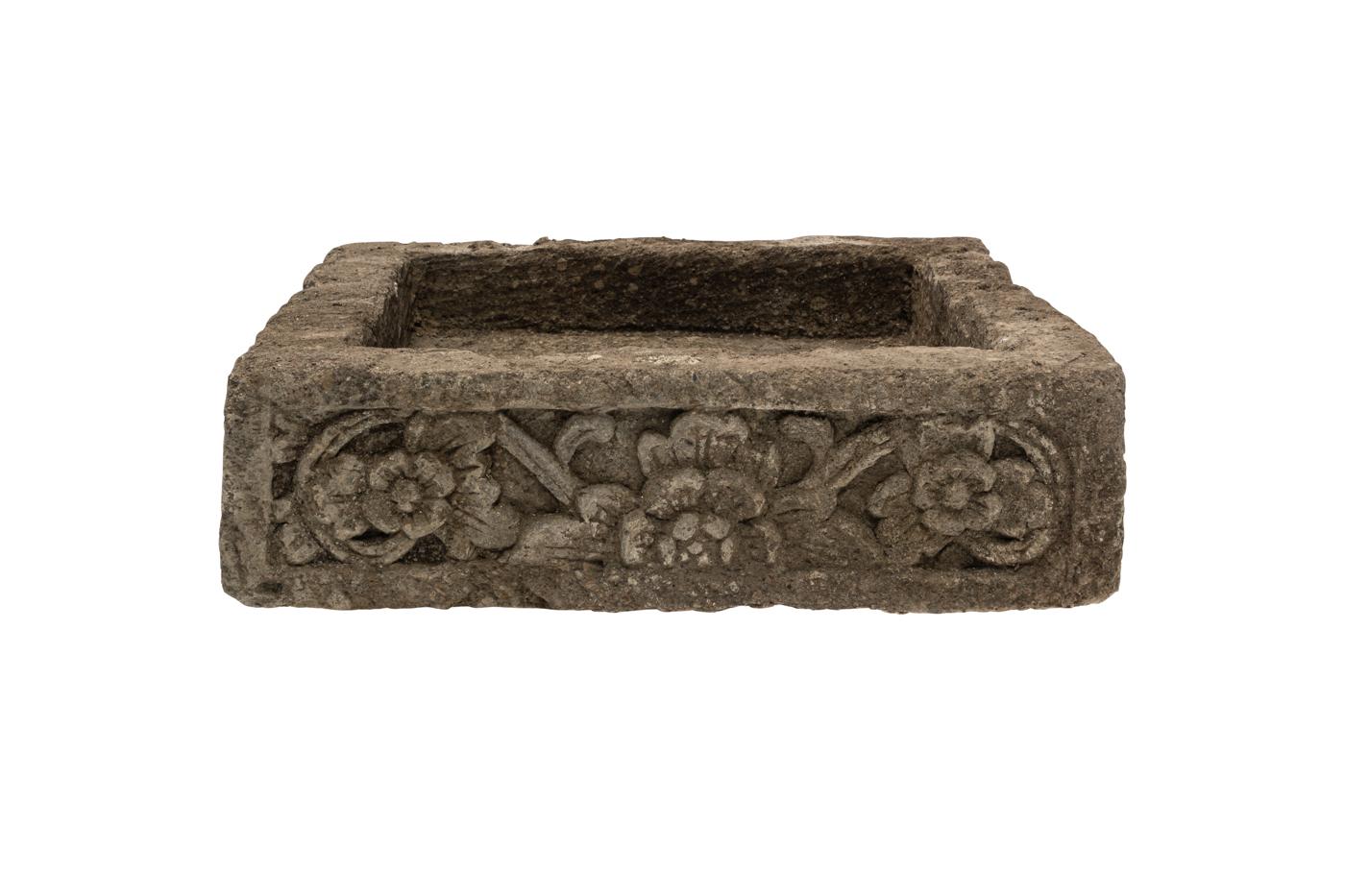 Jardinera cuadrada en piedra natural tallada