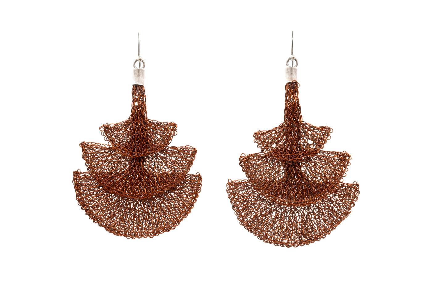 Aretes tejidos con hilos de cobre