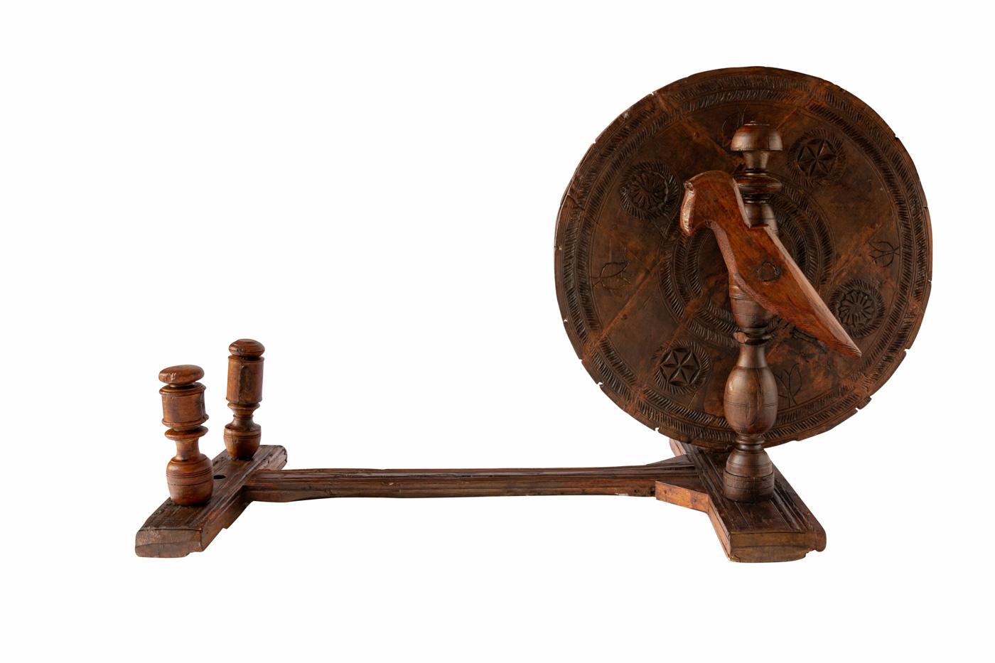 Rueda de hilar tradicional de la india en madera, Charkha