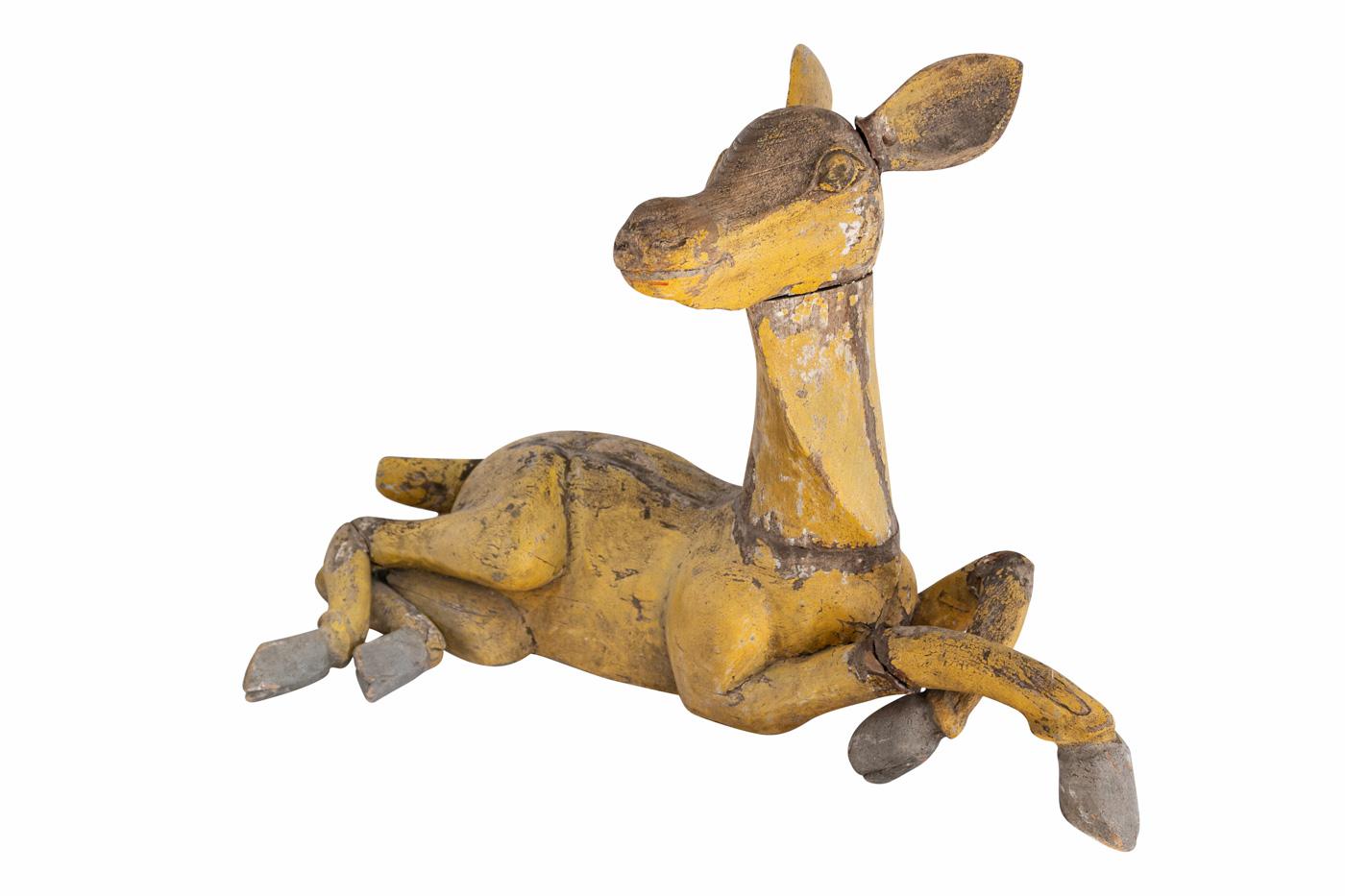 Escultura de ciervo tallado en madera