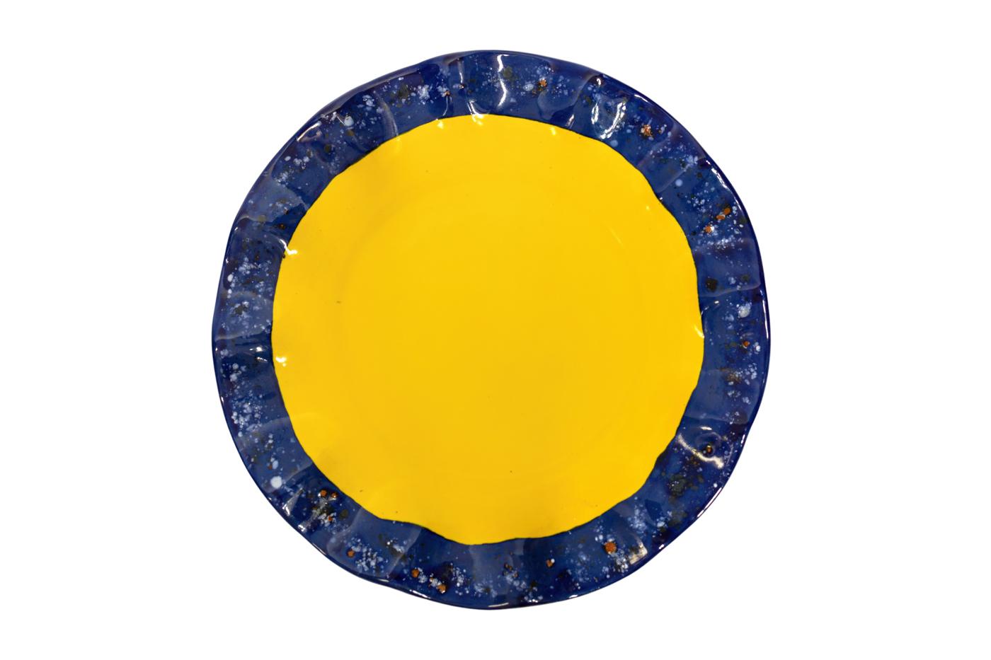 Plato en cerámica con borde ondulado