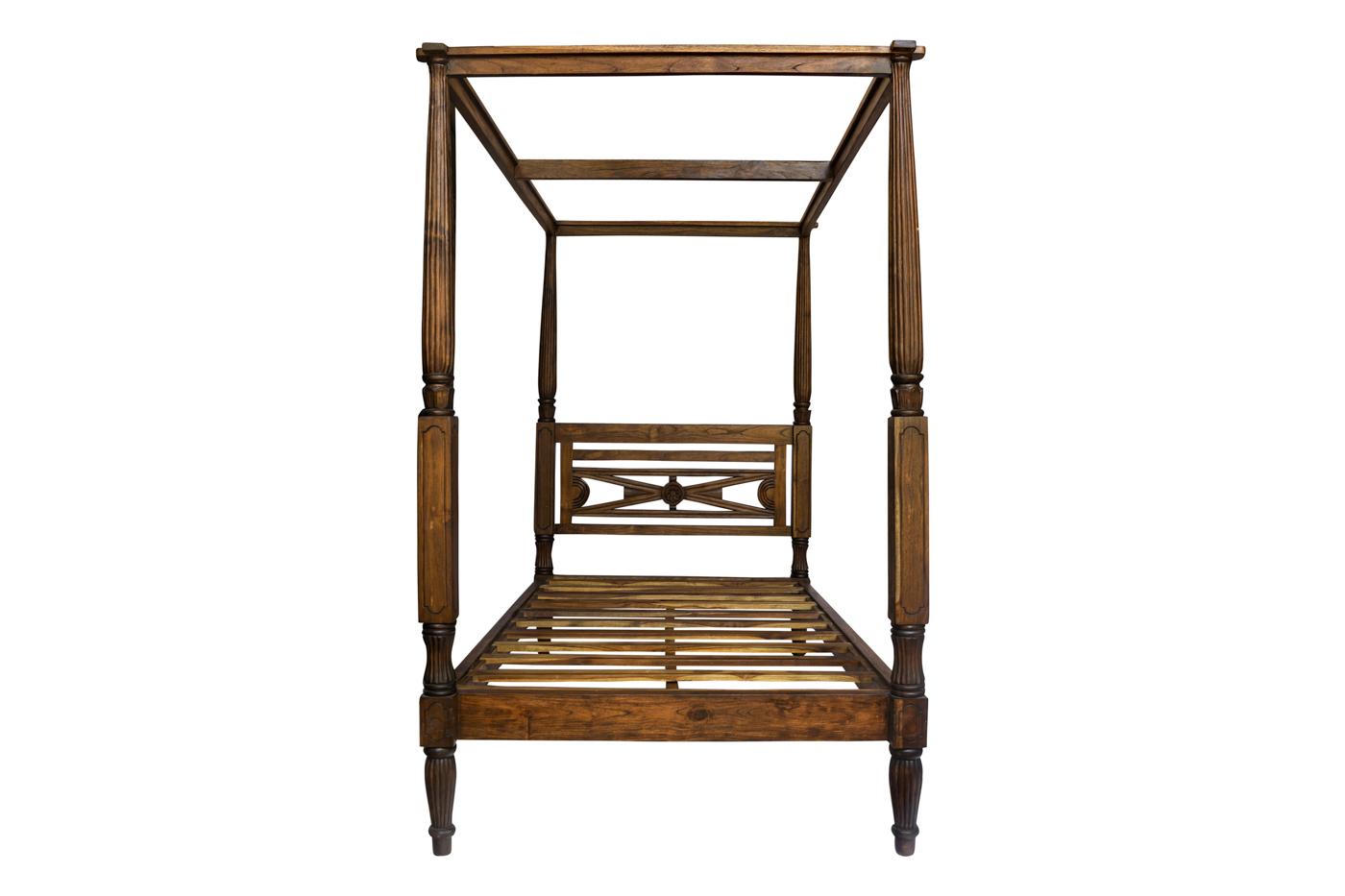 Cama con dosel en madera color caoba