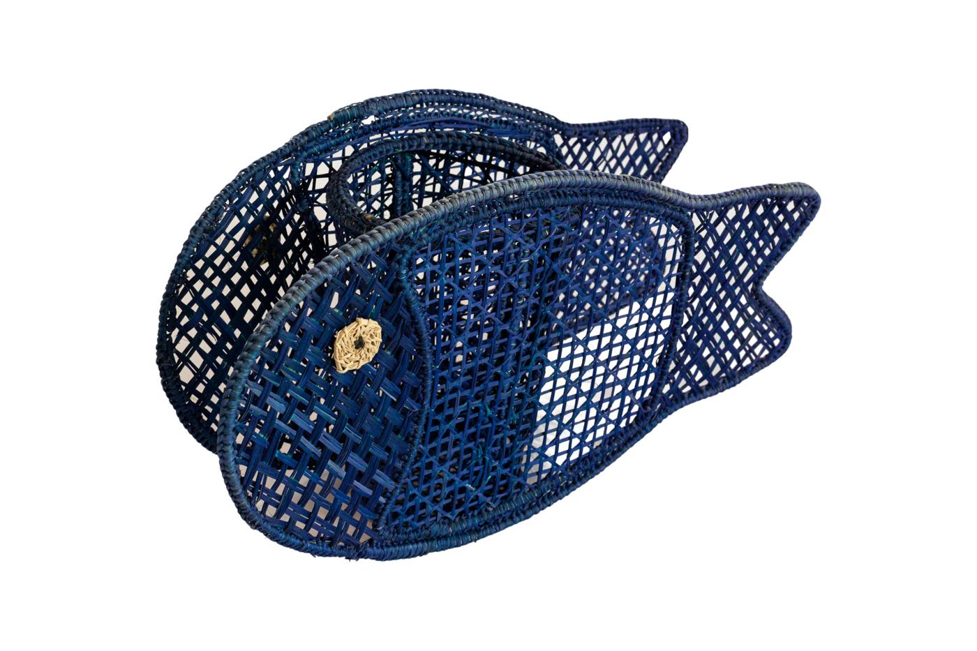 Portavela en iraca con forma de pescado-azul rey