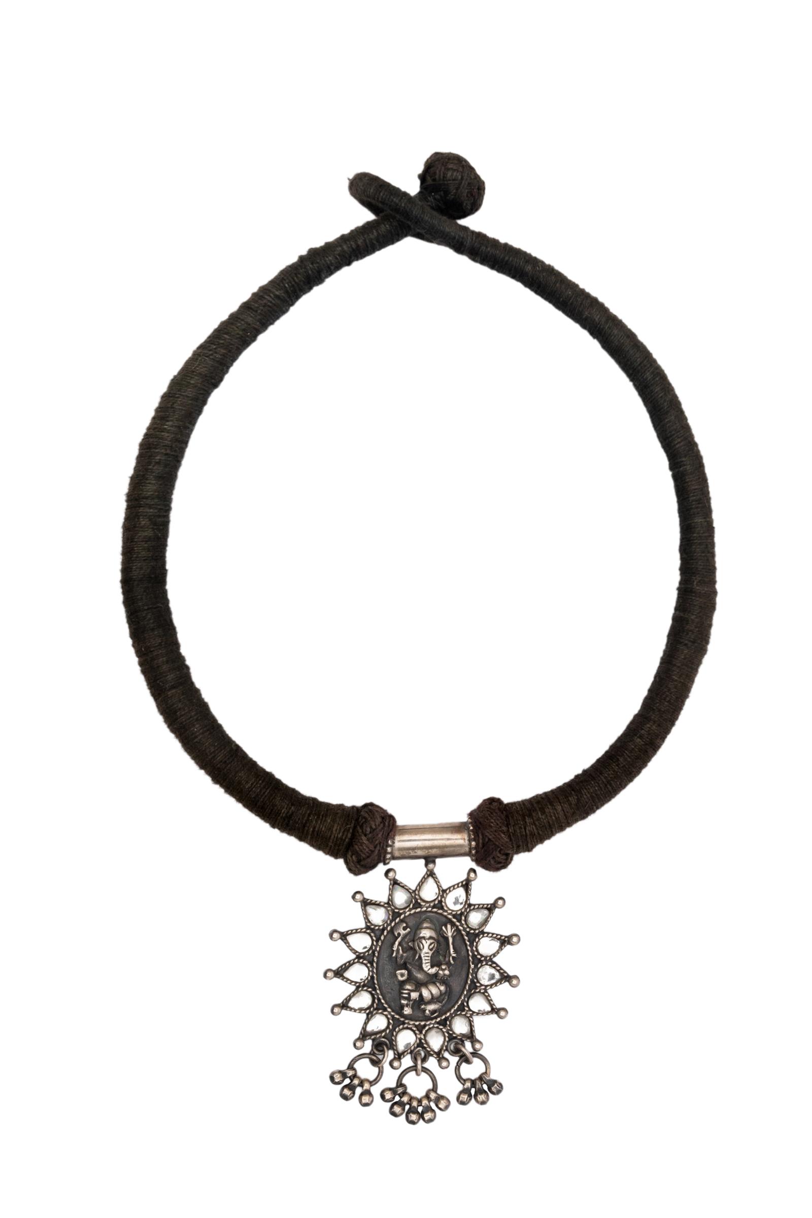 Collar negro con pendiente de ganesh
