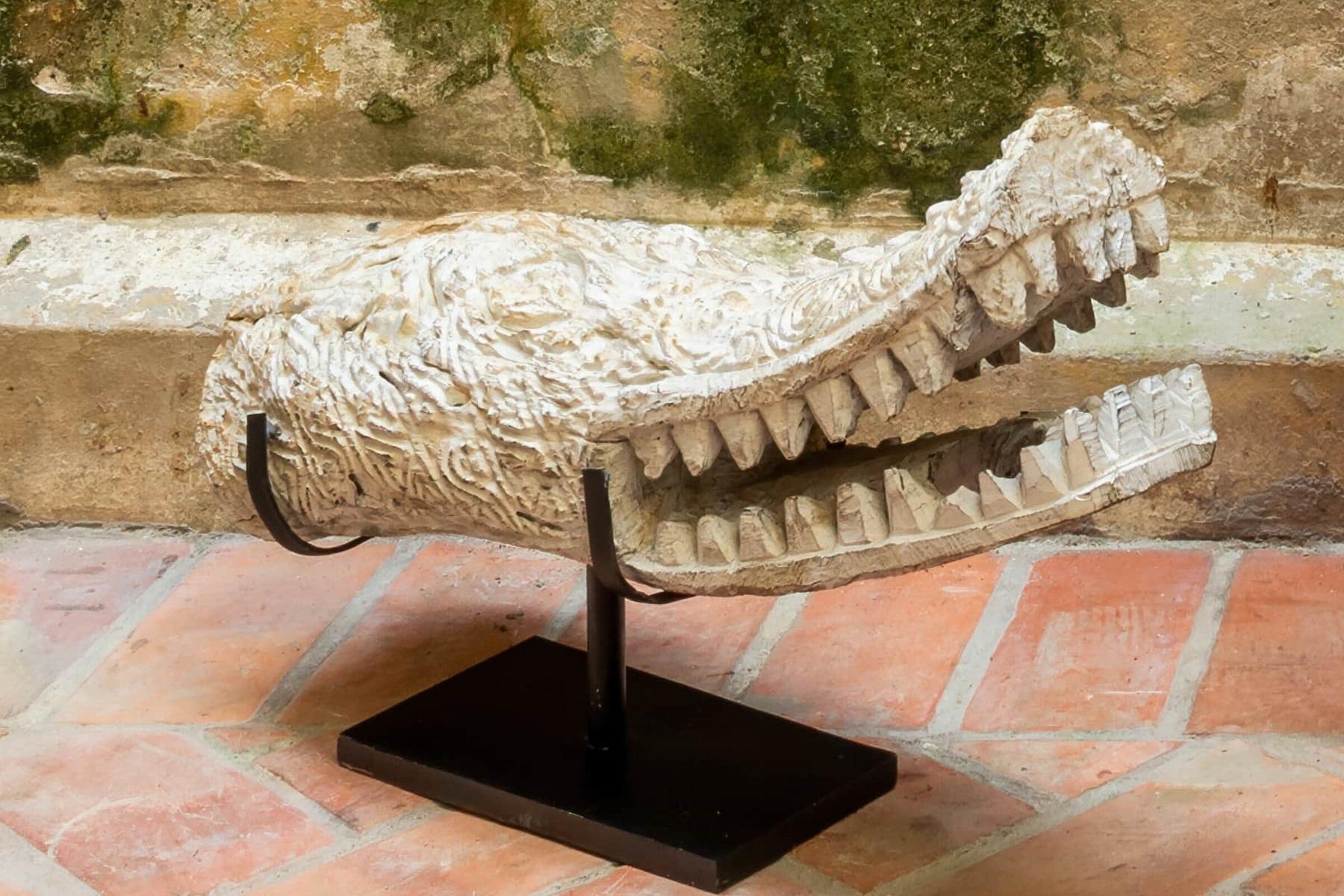 Escultura de cocodrilo tallado en madera pequeño