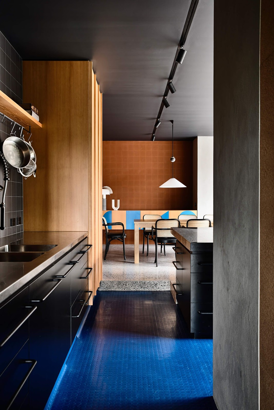 cozinha industrial piso azul