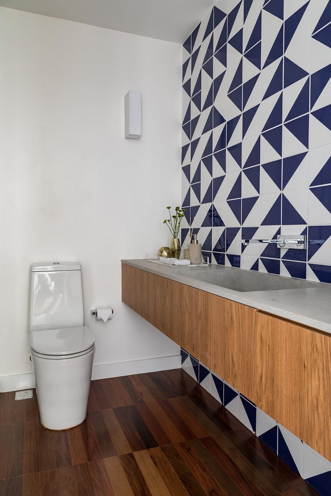 banheiro revestimento geométrico azul