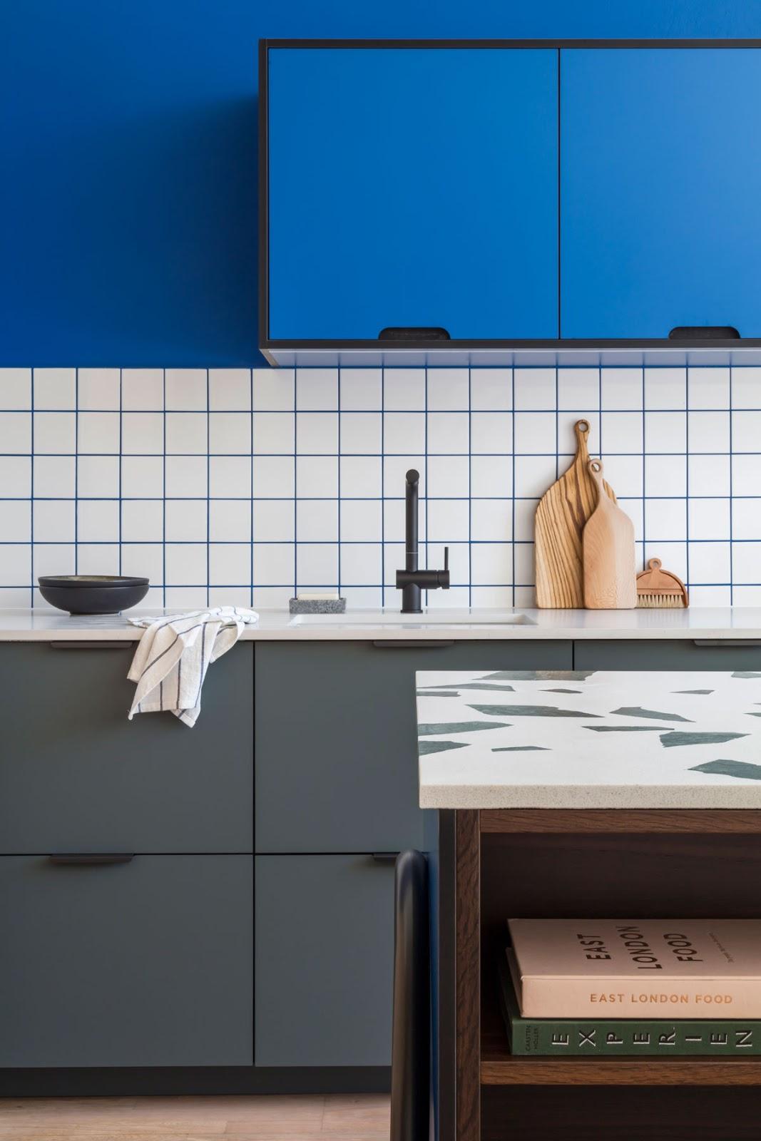 cozinha azulejo quadrado branco rejunte azul