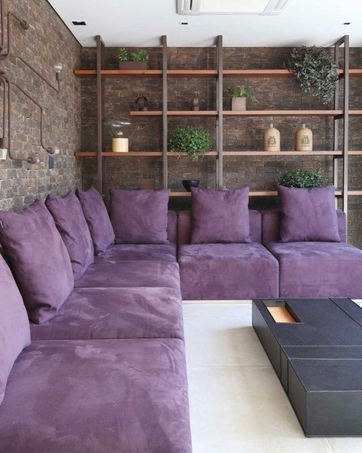 sala sofá colorido roxo